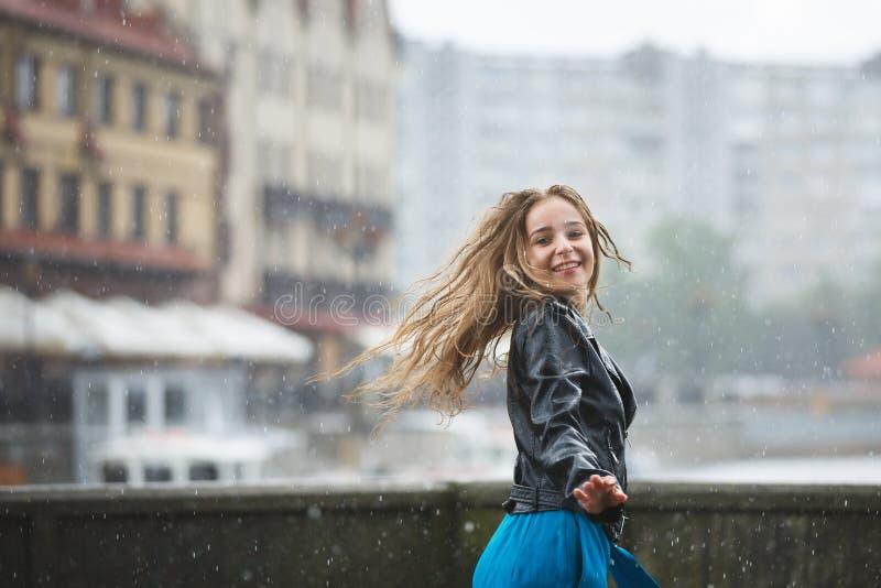 Gelukkig jong meisje in de regen royalty-vrije stock afbeelding