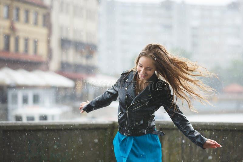 Gelukkig jong meisje in de regen royalty-vrije stock fotografie