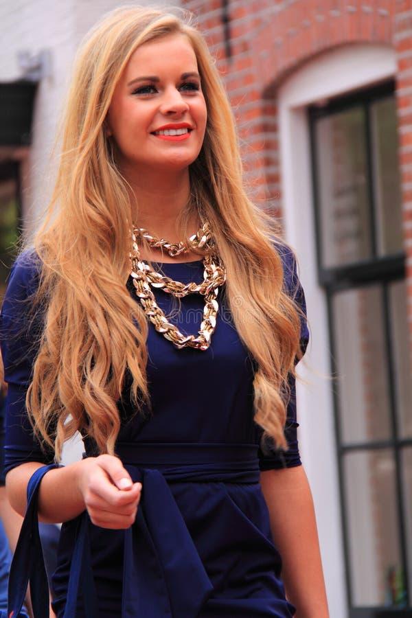 Gelukkig jong meisje in de straat royalty-vrije stock foto