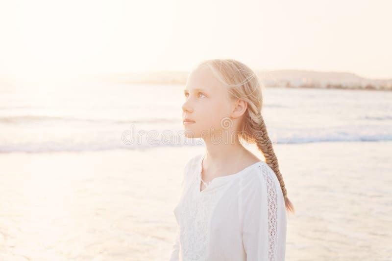 Gelukkig Jong Meisje die bij het Strand lopen stock foto's