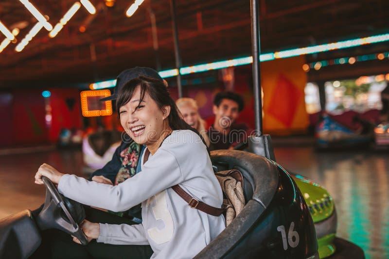 Gelukkig jong meisje die een bumperauto drijven stock fotografie
