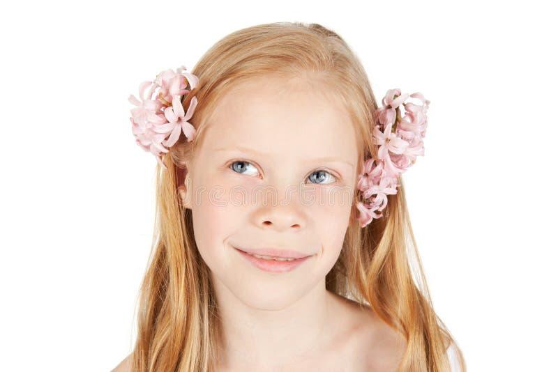 Gelukkig jong meisje met bloemen in haar royalty-vrije stock foto's