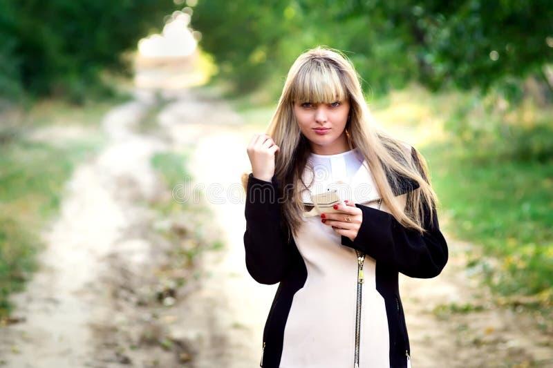 Gelukkig jong Meisje met telefoon op de zonnige zomer stock afbeeldingen