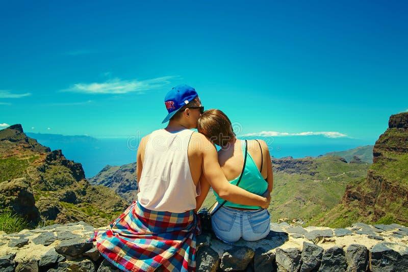 Gelukkig jong modieus mooi paar in hipsterkleren stock fotografie