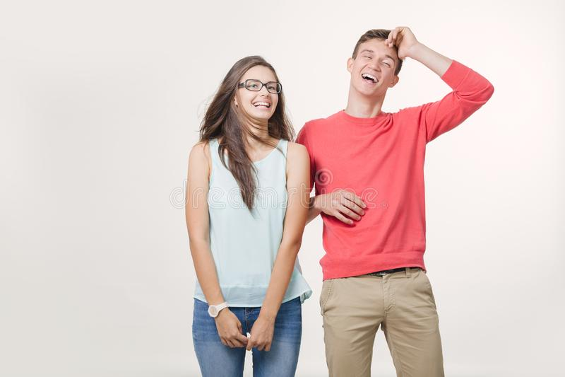 Gelukkig jong mooi zich en paar die verenigen lachen Studio die over witte achtergrond is ontsproten Vriendschap, liefde en stock fotografie