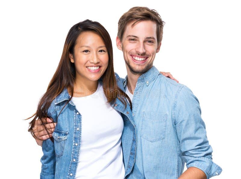 Gelukkig jong paar, Chinees en Kaukasisch stock afbeeldingen