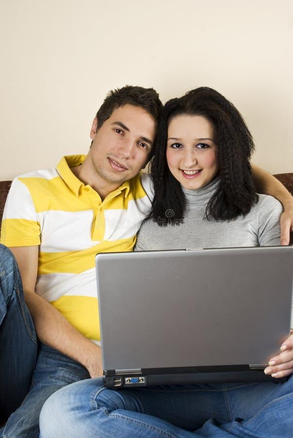 Gelukkig jong paar dat laptop met behulp van royalty-vrije stock afbeeldingen