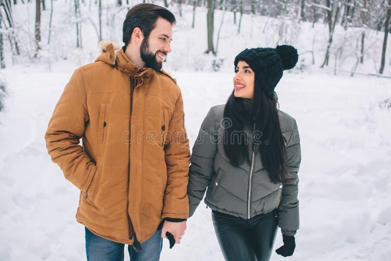 Gelukkig jong paar in de winter Familie in openlucht upwards en man en vrouw die kijken lachen Liefde, pret, seizoen en mensen stock afbeeldingen