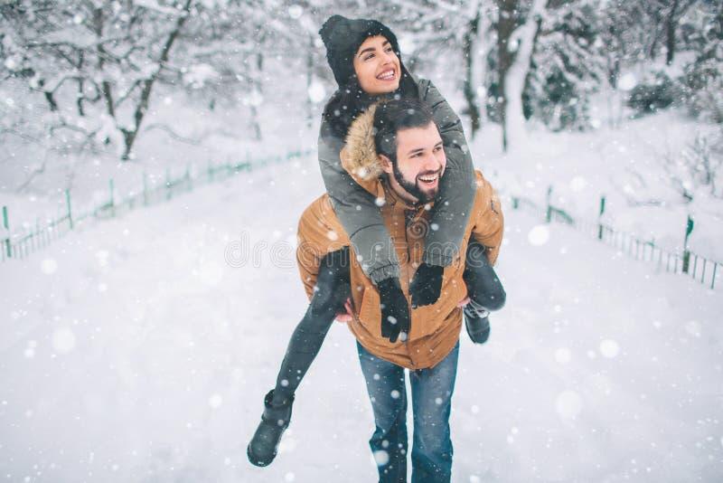 Gelukkig jong paar in de winter Familie in openlucht upwards en man en vrouw die kijken lachen Liefde, pret, seizoen en mensen stock afbeelding