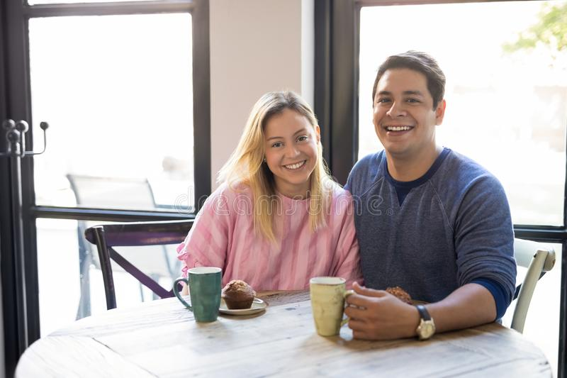 Gelukkig jong paar die bij restaurant dateren royalty-vrije stock foto's