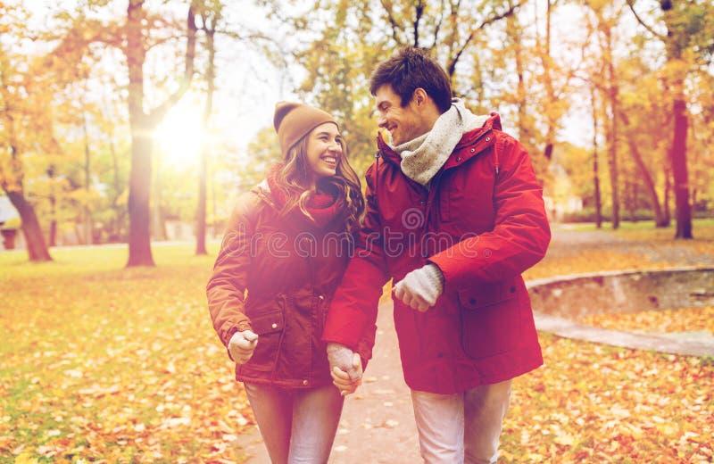 Gelukkig jong paar die in de herfstpark lopen royalty-vrije stock foto's