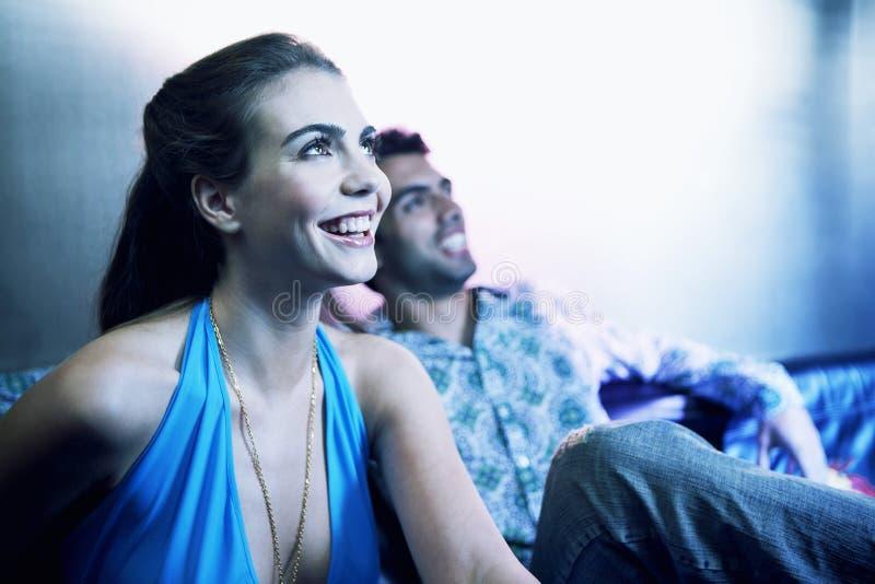 Gelukkig Jong Paar die omhoog de Bar bekijken stock afbeeldingen
