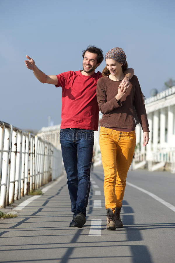 Gelukkig jong paar die op hun datum lopen stock afbeeldingen