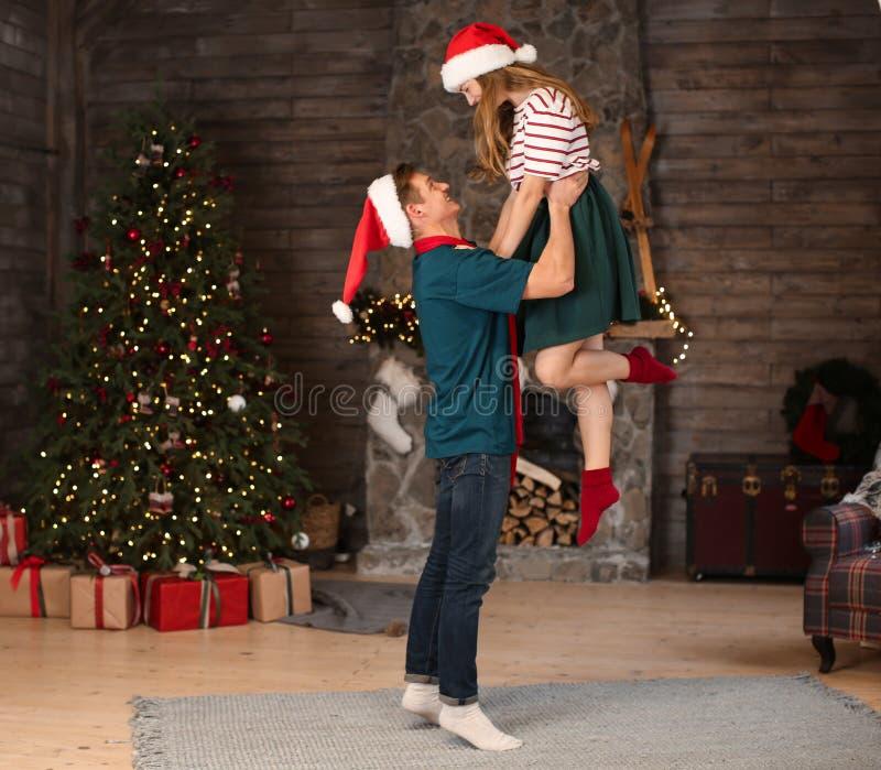 Gelukkig jong paar die die in ruimte dansen voor Kerstmis wordt verfraaid royalty-vrije stock fotografie
