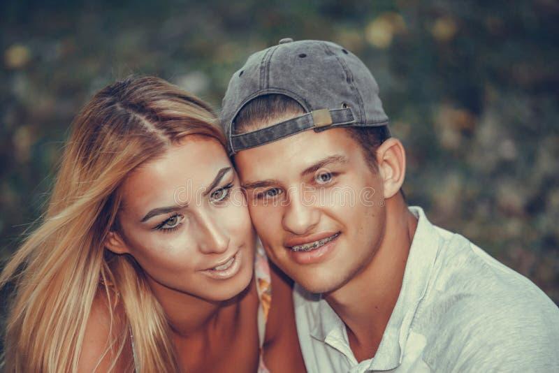 Gelukkig jong paar die tijdens romantische picknick in een park omhelzen royalty-vrije stock afbeelding