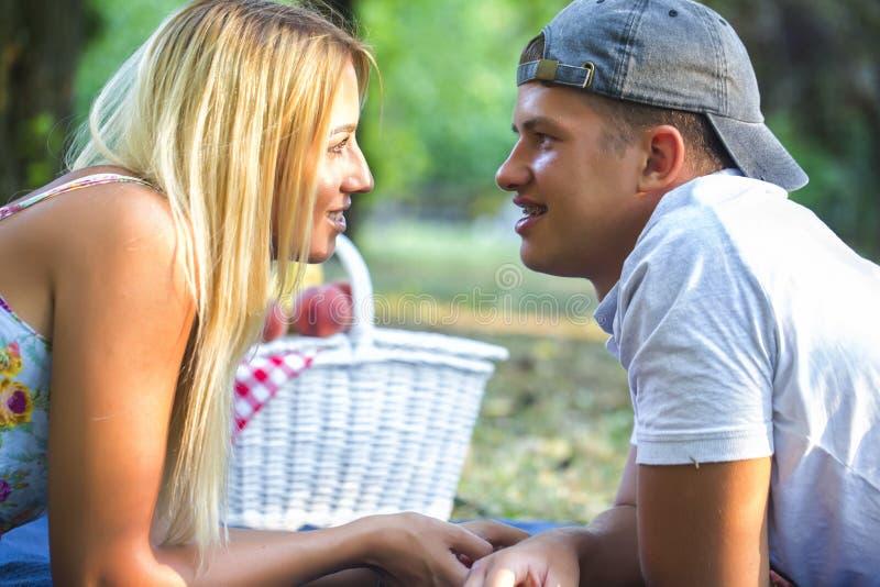 Gelukkig jong paar die van picknick genieten royalty-vrije stock foto's