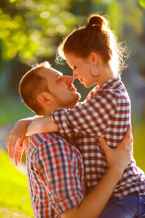 Gelukkig jong paar die van picknick genieten Gestemd beeld stock fotografie