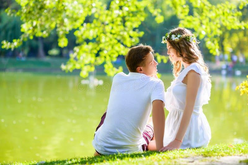 Gelukkig jong paar die van vakantie genieten bij het meer stock afbeelding