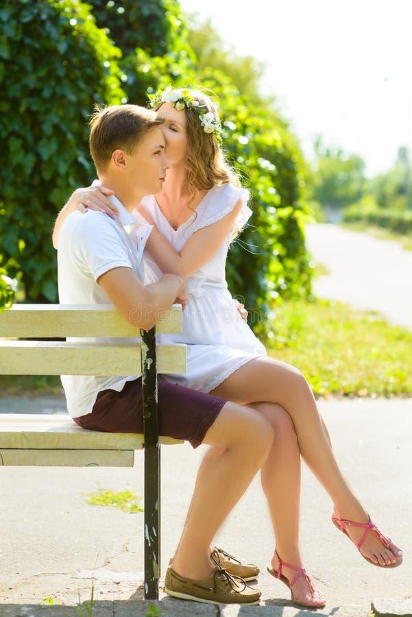 Gelukkig jong paar die van vakantie genieten bij stadspark royalty-vrije stock foto's