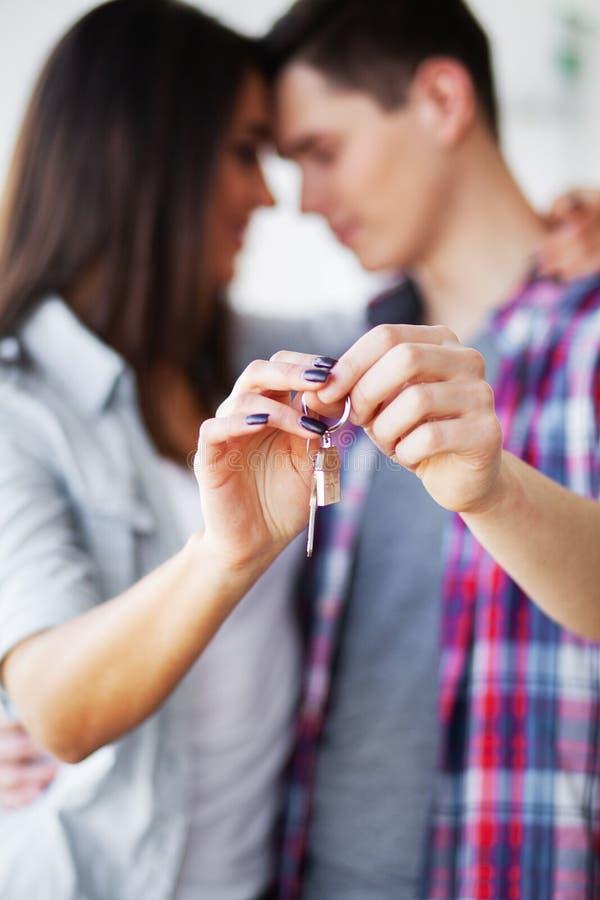 Gelukkig jong paar die zich samen in nieuwe flat bewegen royalty-vrije stock foto's