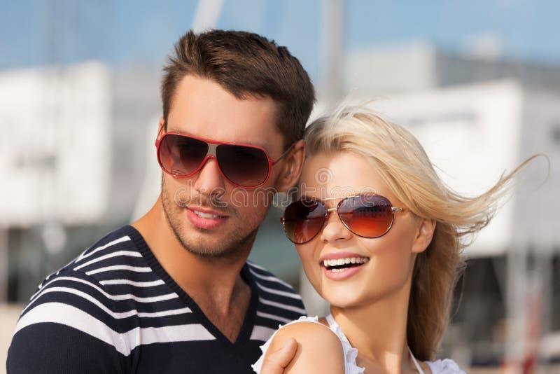 Gelukkig jong paar in haven royalty-vrije stock foto