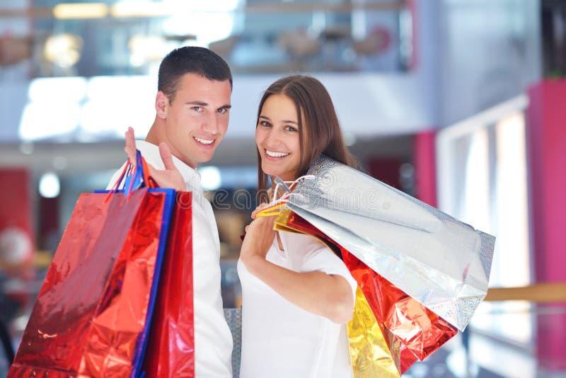 Gelukkig jong paar in het winkelen stock fotografie