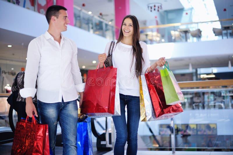 Gelukkig jong paar in het winkelen stock foto