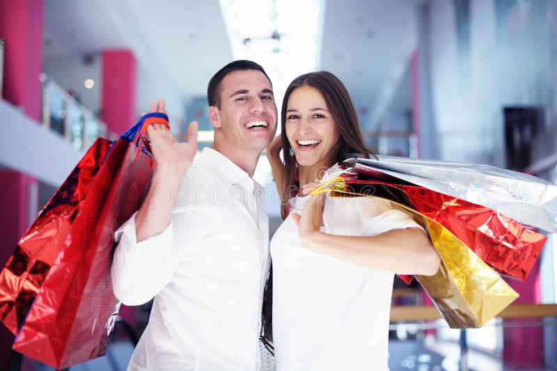 Gelukkig jong paar in het winkelen stock afbeeldingen