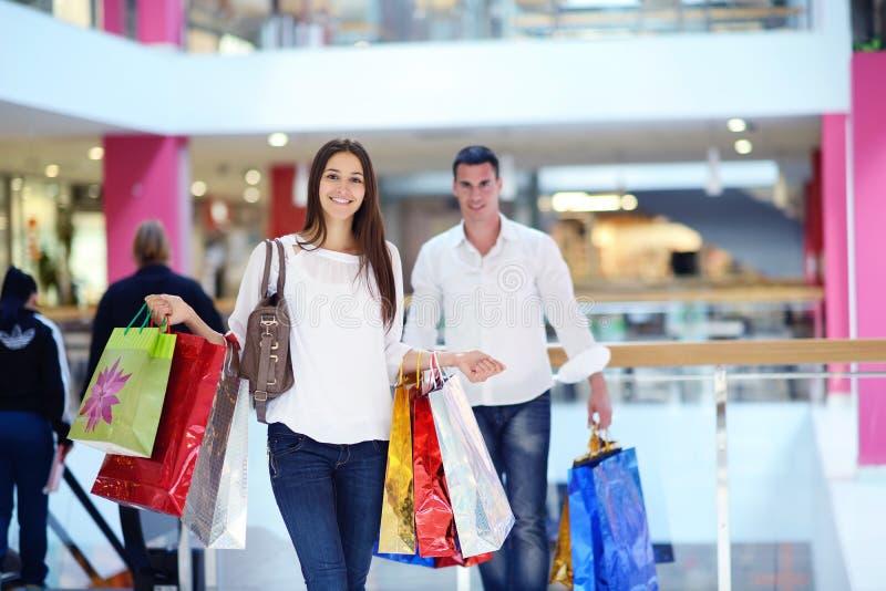 Gelukkig jong paar in het winkelen stock afbeelding