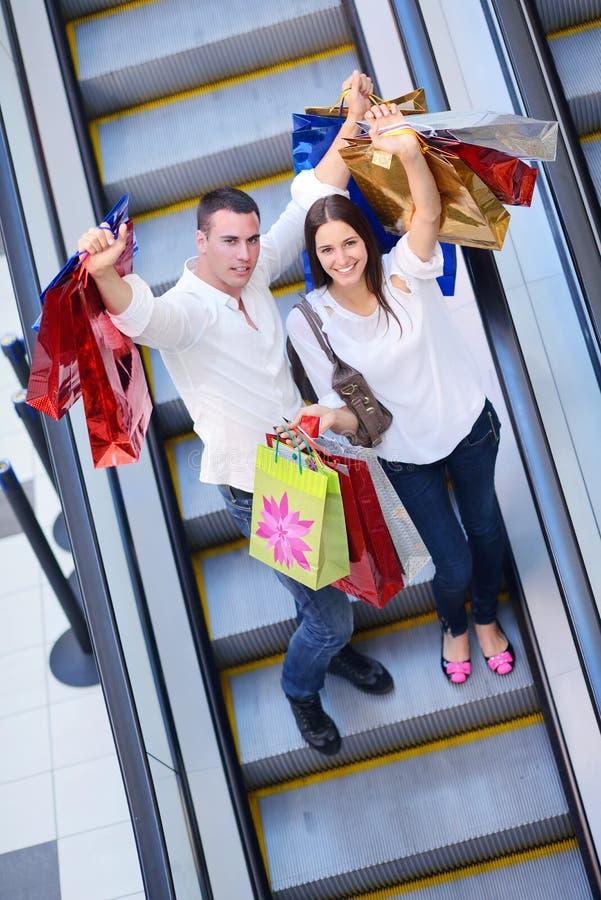 Gelukkig jong paar in het winkelen royalty-vrije stock afbeelding