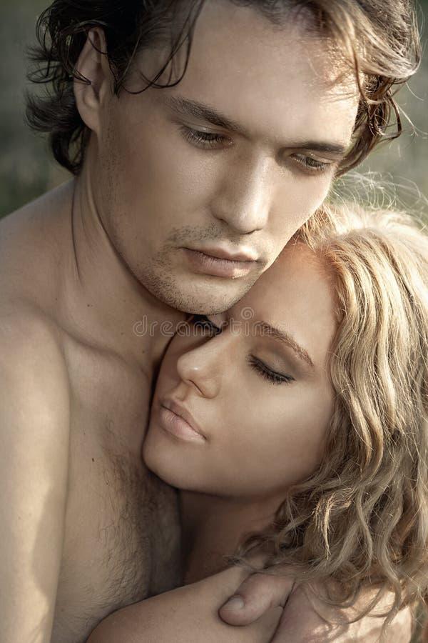 Gelukkig jong paar in liefde royalty-vrije stock foto's