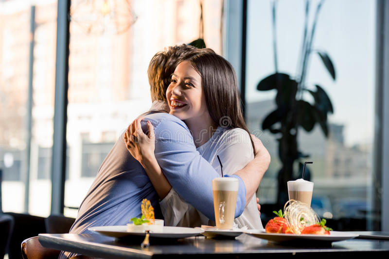 Gelukkig jong paar in liefde op romantische datum in restaurant royalty-vrije stock afbeelding