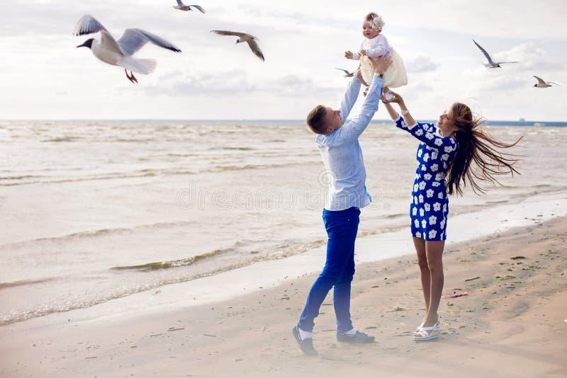 Gelukkig jong paar met babymeisje status in water royalty-vrije stock foto