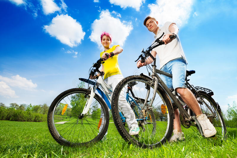 Gelukkig jong paar met fietsen stock foto