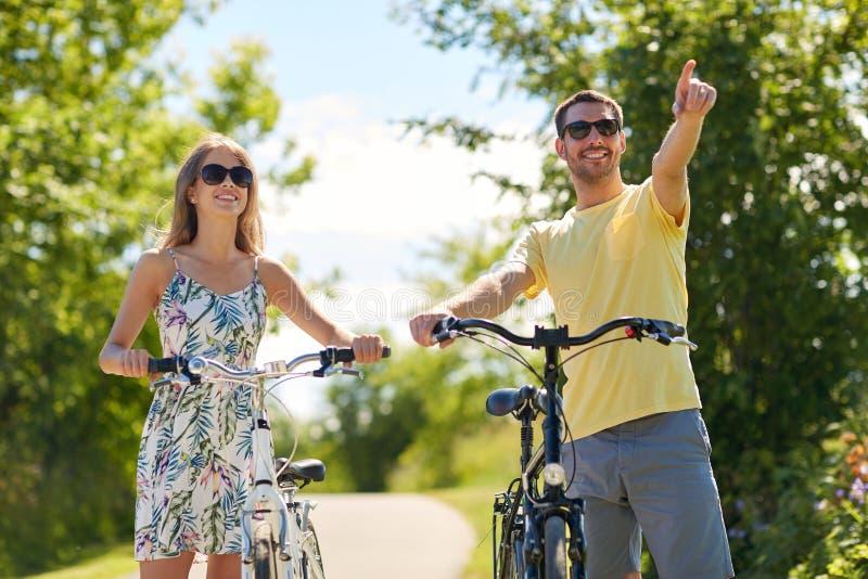 Gelukkig jong paar met fietsen in openlucht stock afbeelding