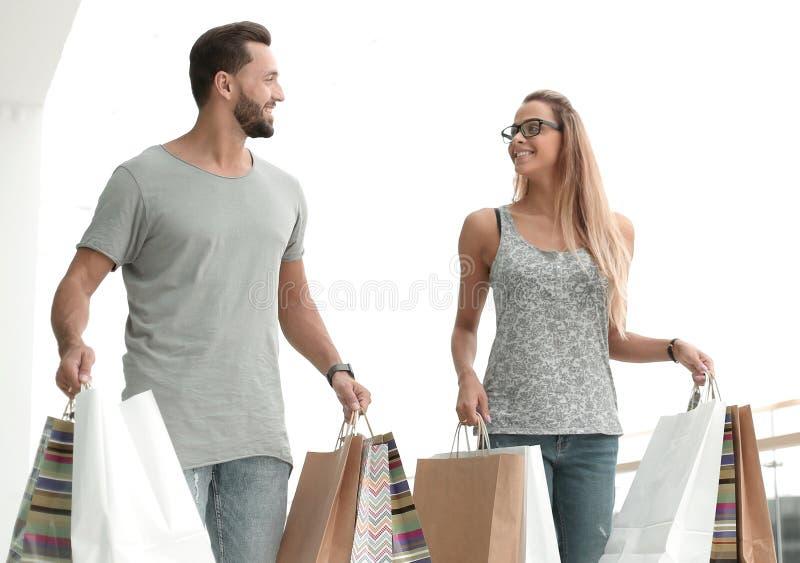 Gelukkig jong paar met het winkelen zakken stock foto's