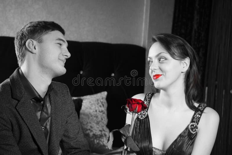 Gelukkig Jong Paar met Rode Rose Flower stock afbeelding