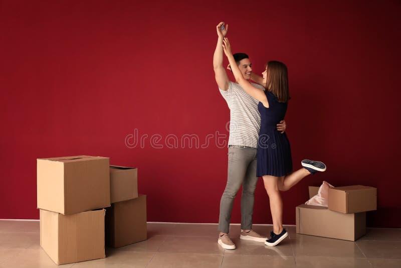 Gelukkig jong paar na zich het bewegen aan hun nieuw huis royalty-vrije stock afbeeldingen