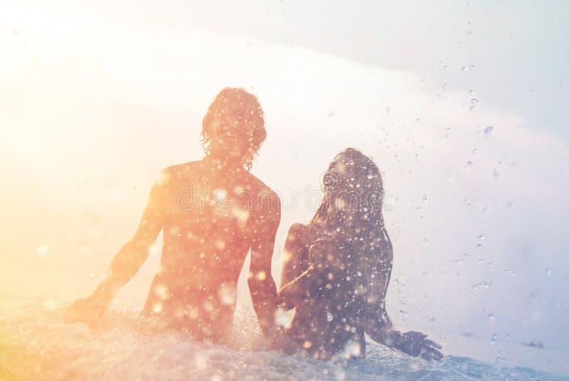 Gelukkig jong paar op het strand stock fotografie