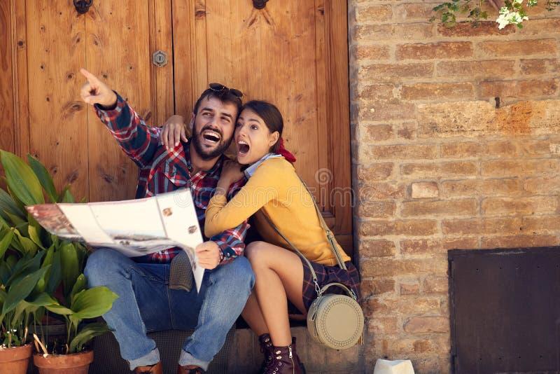 Gelukkig jong paar op reisvakantie in Europa vrouwen en mannen in liefde die samen reizen stock afbeeldingen