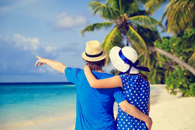 Gelukkig jong paar op tropisch de zomerstrand royalty-vrije stock afbeeldingen