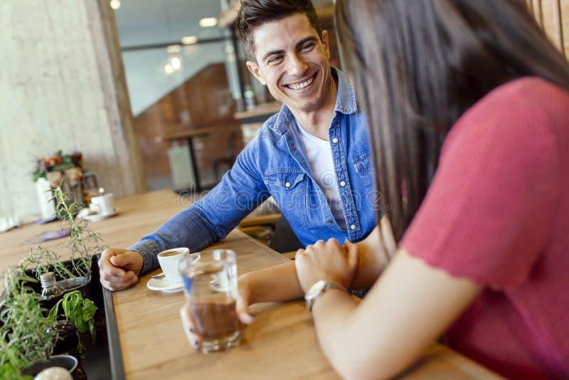 Gelukkig jong paar in restaurant royalty-vrije stock foto