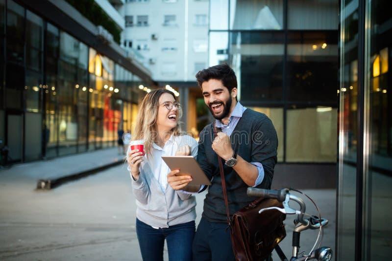 Gelukkig jong paar samen gebruikend een digitale tablet en glimlachend stock fotografie