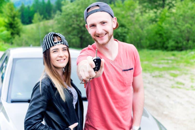 Gelukkig jong paar, vrienden die selfie terwijl het zitten in auto maken Jonge volwassenen Kaukasische mensen Concept vervoer royalty-vrije stock foto
