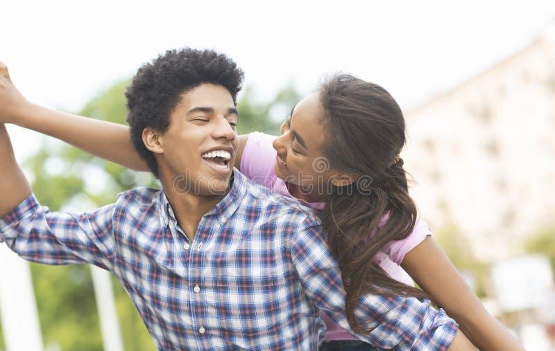 Gelukkig jong pret hebben en paar die samen in openlucht lachen royalty-vrije stock foto