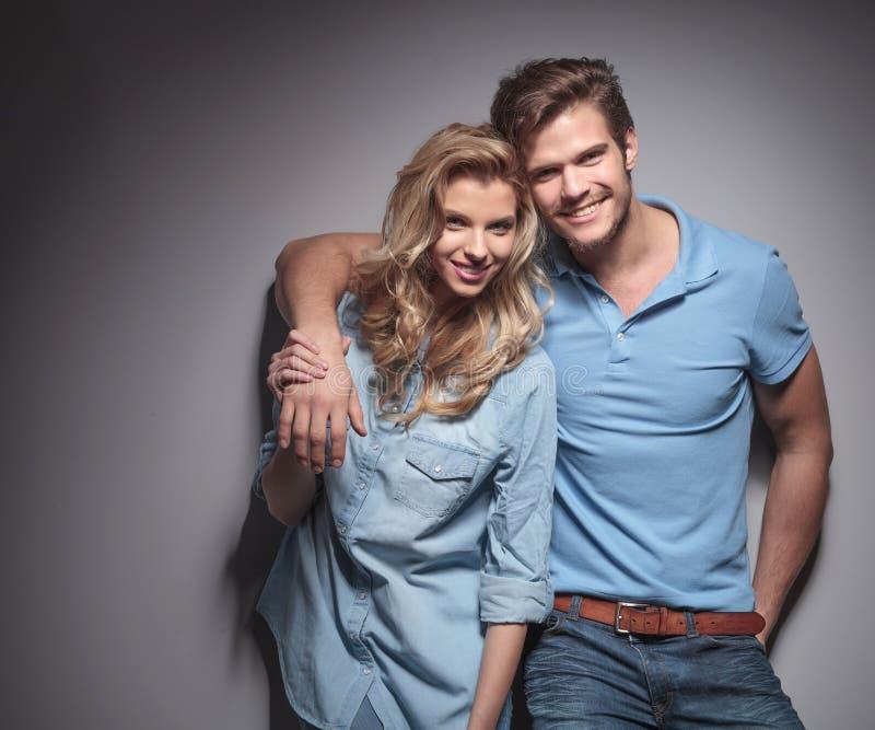 Gelukkig jong toevallig paar die voor de camera glimlachen royalty-vrije stock fotografie