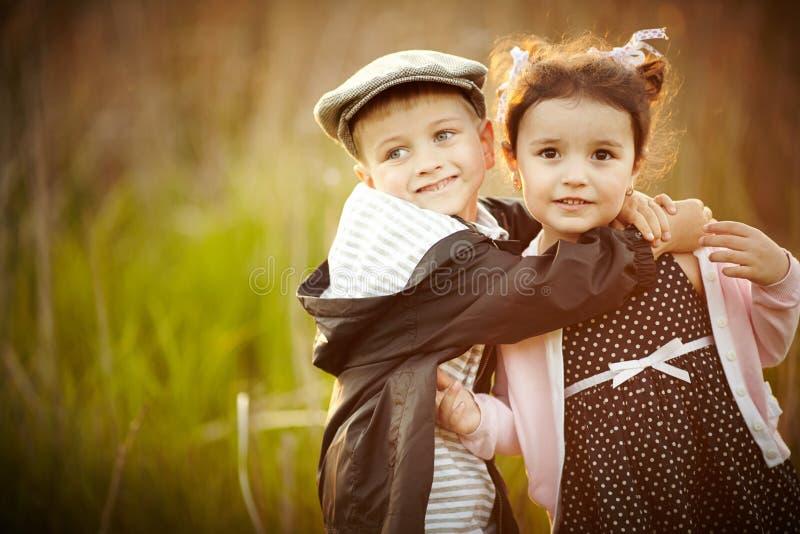 Gelukkig jongen en meisje stock foto