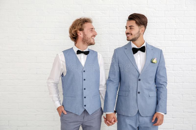 Gelukkig jonggehuwde vrolijk paar in kostuums royalty-vrije stock afbeeldingen