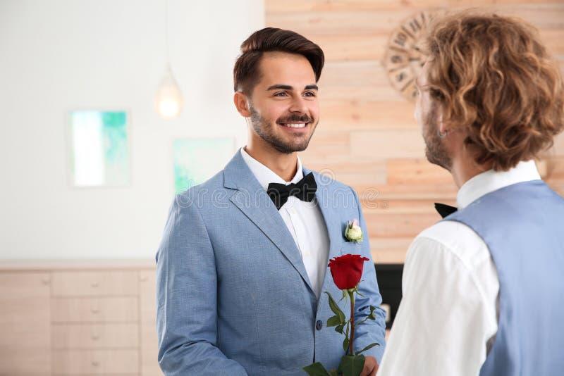 Gelukkig jonggehuwde vrolijk paar met bloem stock foto's