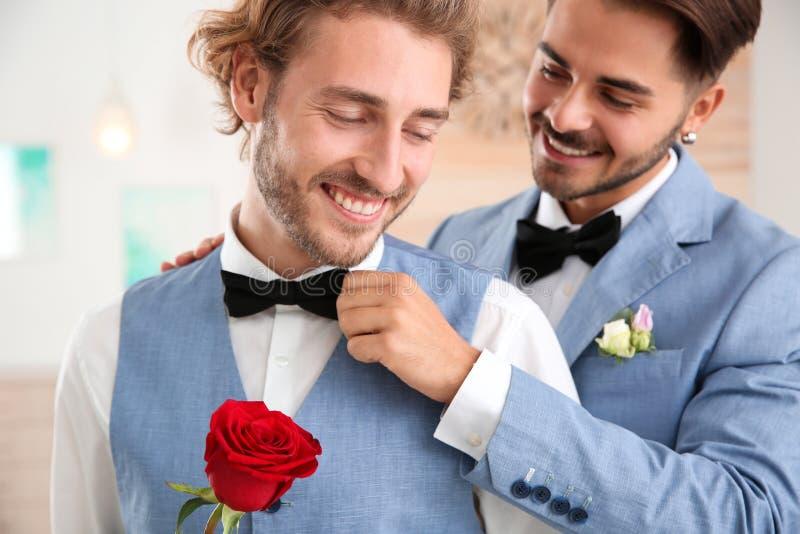Gelukkig jonggehuwde vrolijk paar met bloem royalty-vrije stock afbeeldingen